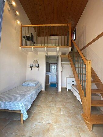 Entrée et lit simple du bas de la chambre triple.