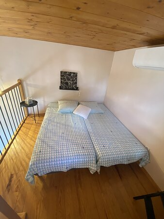 2 lits simples sur la mezzanine de la chambre triple, qui peuvent former un grand lit double.
