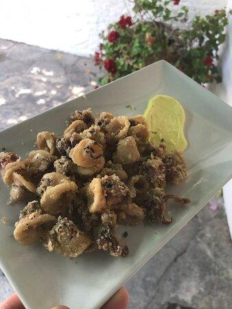 Tapas del restaurante Chez Tomas en LLafranc, healthy food, comida saludable, lugar ideal para picar y tomar un vermouth, una cerveza y hasta uno de nuestro cocktails en un entorno idílico en la Costa Brava.