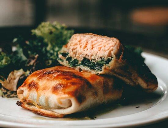 Penca de salmón rosado con crema de espinacas envuelto en hojaldre, acompañado de verdes en emulsión de palta