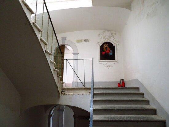 Scalinata all'interno dell'ex monastero (ed ex ospedale) dell'Annunziata