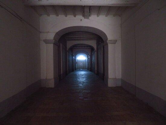 Il corridoio a piano terra dell'ex convento dell'Annunziata