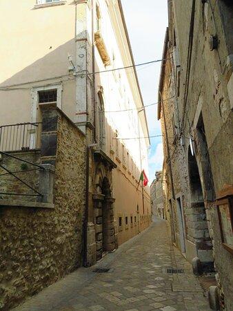 Il lato (a sx della foto) di palazzo Pennone che affaccia su Via Umberto I