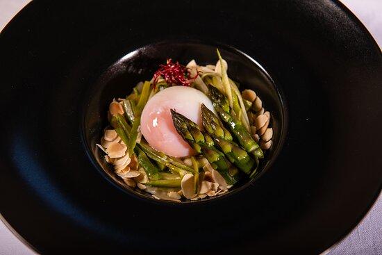 Ristorante La Boiola - Uovo poché con mantecato di patate, asparagi al burro e limone, mondorle tostate