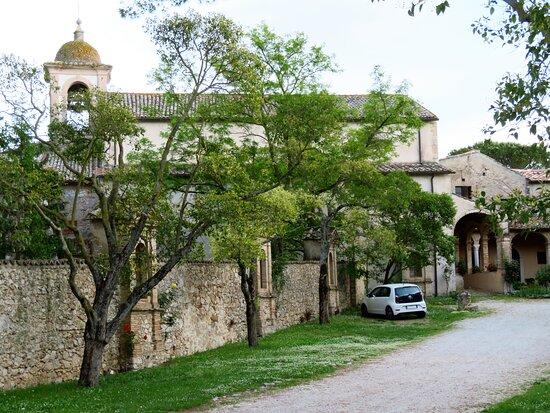 Scorcio della chiesa e del colnvento preso dall'esterno del cancello d'ingresso (chiuso)