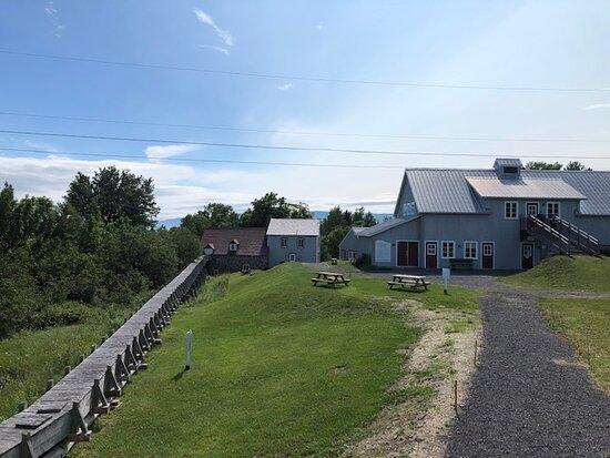 La maison du meunier, la meunerie. À gauche, le canal de bois qui transporte l'eau