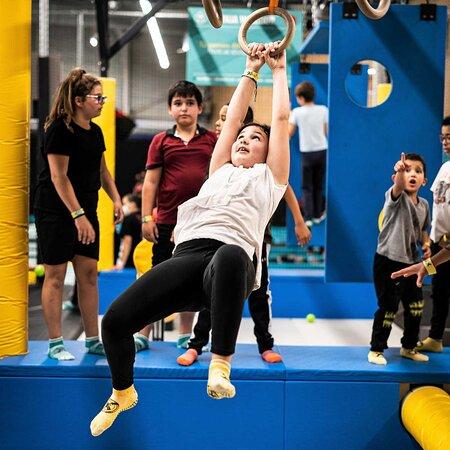 Trampoline, Ninja Warrior, arcades, jeu de palets, puissance 4 basket, réalité augmentée : venez faire le plein de sensations et testez les activités de votre parc à trampolines à Mulhouse en Alsace.
