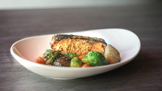 SAUMON MISO Filet de saumon au miso accompagné de légumes du momen