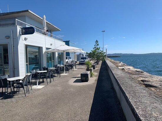 Disfruta de nuestra terraza encima del mar.