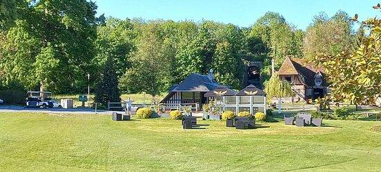Au pied des greens du golf, les Frangins ô Golf vous accueille sur leur terrasse de 70m2.