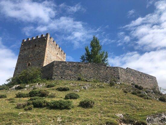 Castillo de Argueso desde el parking y vista del tejado y de una de sus torres.