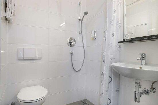 Economy single room Bath Novum Hotel Bruy Stuttgart