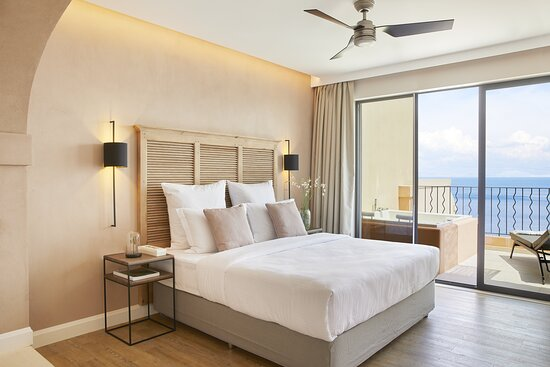 Grand Terrace Deluxe Suite Whirlpool Bedroom