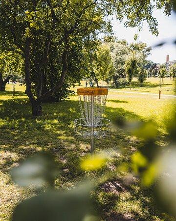 Disc golfové a dětské hřiště u terasy Hostince DEPO Disc golf & children playground at terrace of Pub DEPO.