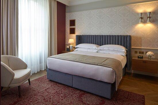 Deluxe Two Bedroom Apartment master bedroom