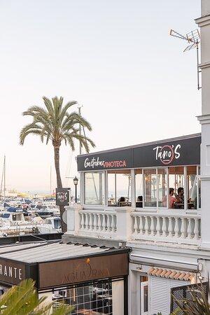 Nuestra terraza cuenta con las mejores vistas del Puerto de la Duquesa