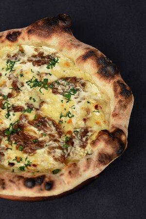 """Inspirada em um sabor de pizza clássico de Nova York a """"Branca"""" é uma pizza """"bianca"""" agri-doce, com direito a cebolas caramelizadas e salsinha fresca.(Sabor: Branca)"""