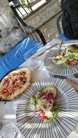 Durazzo, Albania: Locale carino servizio ottimo e cordiale all max...panoramico tranquillo e piacevole.....dalla cucina così così...... con certi accorgimenti possono migliorare .....