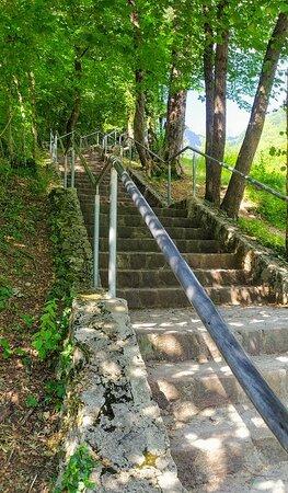 la scalinata di accesso.....piccolo  ma incantevole....