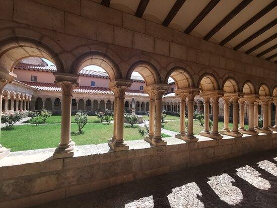 Claustro románico del Monasterio.