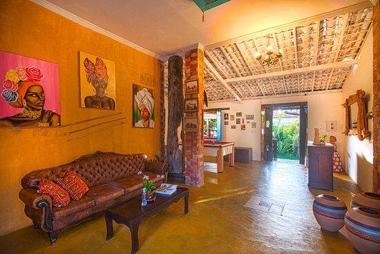 Gamboa, BA: Recepção,ambiente decorado com peças de demolição e antiguidades.