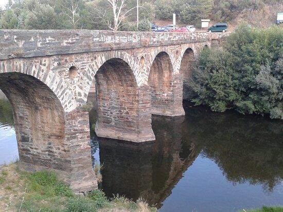 Puente de piedra  sobre el rio de los Angeles Construido esta obra  por el  ayunt de Casar de Palomero y la Excelm. Diputación/1989