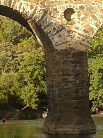 Puente de cinco ojos sobre el rio de los Ángeles  a su paso por Casar de Palomero
