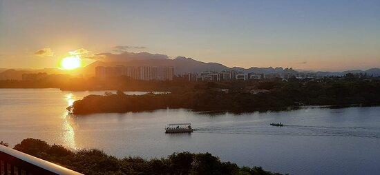 Vista para a Lagoa de Marapendi e o pôr do sol mais lindo.