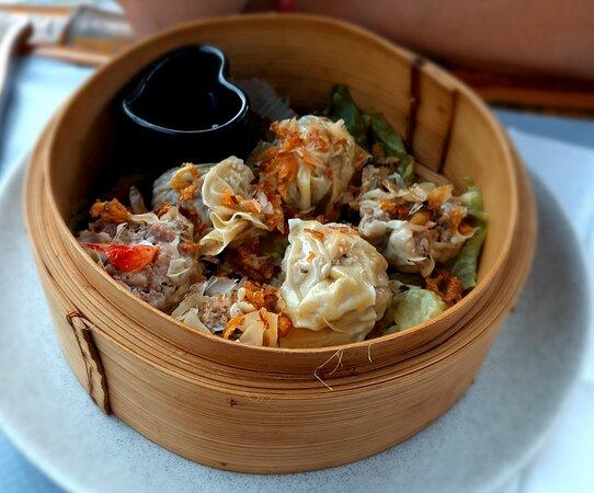 Après avoir cherché sur internet un restaurant asiatique je suis tombé sur ce lieu.  Les avis positifs et les photos m'ont amenés à vouloir le découvrir. Pour résumer : un cadre agréable, un personnel attentif, sympathique ainsi qu'une cuisine fine, généreuse et délicieuse. Un endroit que je recommande sans aucun souci.