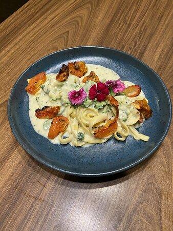 Fettuccine de legumes Massa grano duro típica da Itália, ao molho suave de queijo pecorino, confit de tomate cereja, brócolis, abobrinha, manjericão fresco, e creme de leite fresco
