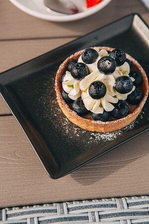 Все начинается с любви! Вот и наш день начинается с вкусного лимонного тарта со свежими ягодами  🍓 ⠀ Чехов Сад 🍎 Работаем ежедневно с 09.00 до 00.00 ☎+ 79198764900 📍ул. Александровская 72