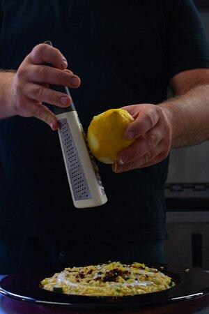 Risottino di Mezza Estate: con Zucchina in fiore, Speck altoatesino disidratato, crema di Burrata e zeste di limone del Sorrento