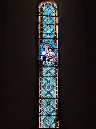 Les ouvertures romanes sont équipés de vitraux à médaillons, le chevet plat présente un diptyque intéressant. Des restaurations ont permis à cette église de nous parvenir en bel état. Située au milieu du village, elle est fort bien mise en valeur. Ouverte et accueillante, je ne peux qu'encourager sa visite.