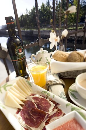 Breakfast by the river Tormes