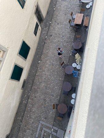 Schaffhausen, Switzerland: Vue sur la rue et le bar bruyant depuis la chambre