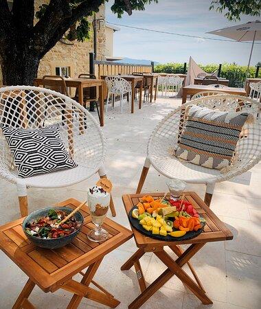 Plateau de fruits frais, glace ardéchoise et salade italienne.