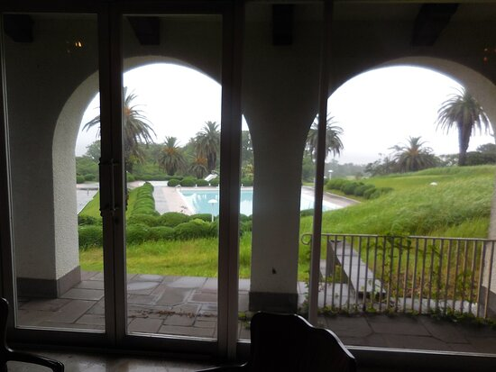 プールを望む。アーチが美しい。