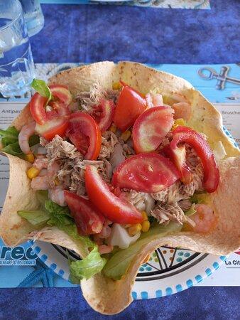 Ma l'avete mai vista un insalata così bella e buona? Con polpa di granchio, tonno, gamberetti, mais e pomodori. Il cibo è ottimo e di qualità e il personale è rapido e sempre gentile! Consiglio vivamente