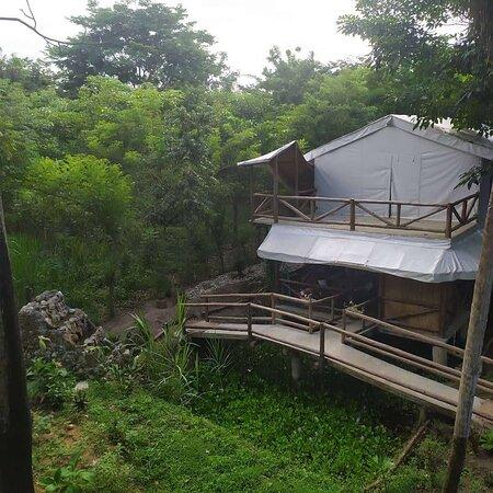 Restaurante construido sobre poza de agua con plantas acuáticas al cual da una cascada.  Encima se desarrolla una habitación compartida con dos baños y dos duchas