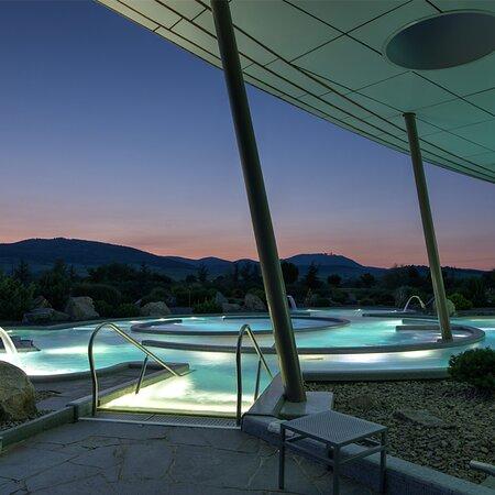 LE CENTRE BALNEO  Une eau exquise chauffée à 34°. Deux bassins intérieurs et un espace aquatique extérieur. Une vue panoramique sur le vignoble alsacien et les Vosges. Le centre Balnéo, 3600 m2, vous plonge dans un océan de sérénité, été comme hiver.