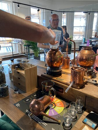 Kingston-upon-Hull, UK: Adding botanicals to the still