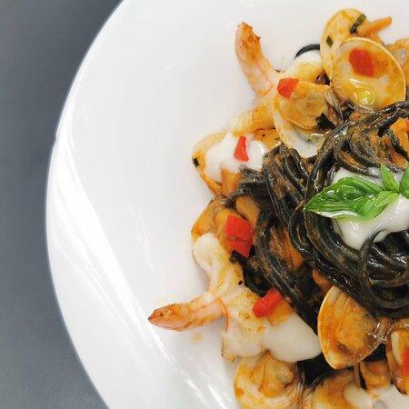 Espaguetis Negros con Frutos del Mar...