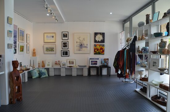 Caves Beach, Australia: You can take your purchase straight away! Great selection of artworks and beautifully crafted items.