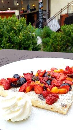 Letnie smaki - świeże owoce, bita śmietana