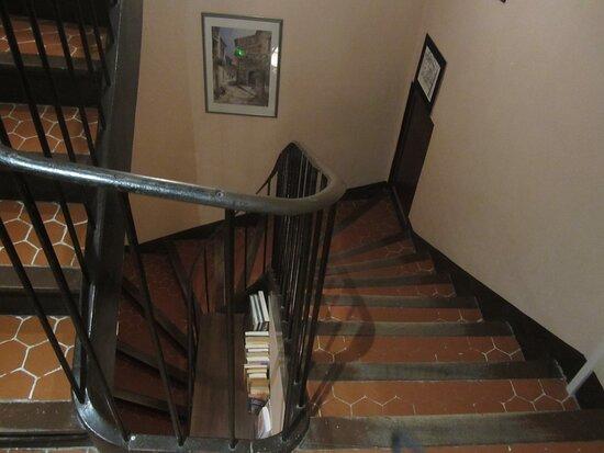 Hôtel de La Place de Mézel. Vue 7. Escalier de L'Hôtel de La Place. Début Juillet 2021. Mézel 04270.