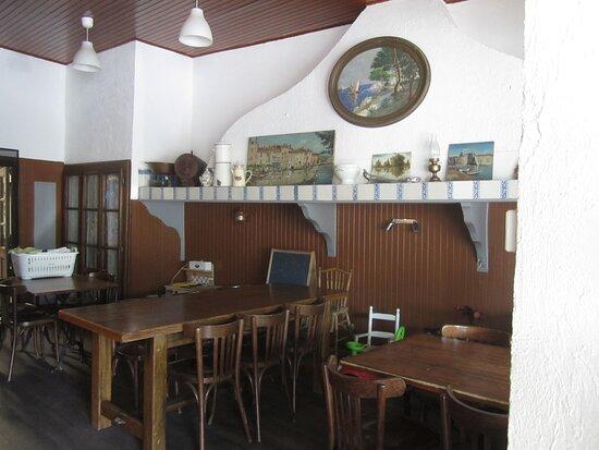 Mezel, France: Hôtel de La Place de Mézel. Vue 5. Ex-Salle de Restaurant, mais Salle de Petit-Déjeuner et Salle de Réunion ou de Jeux de Société, du Café Bistrot. Début Juillet 2021. Mézel 04270.
