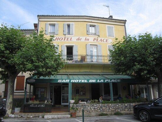 Mezel, France: Hôtel de La Place de Mézel. Vue 2. Façade de L'Hôtel Café Bistrot de La Place. Début Juillet 2021. Mézel 04270.