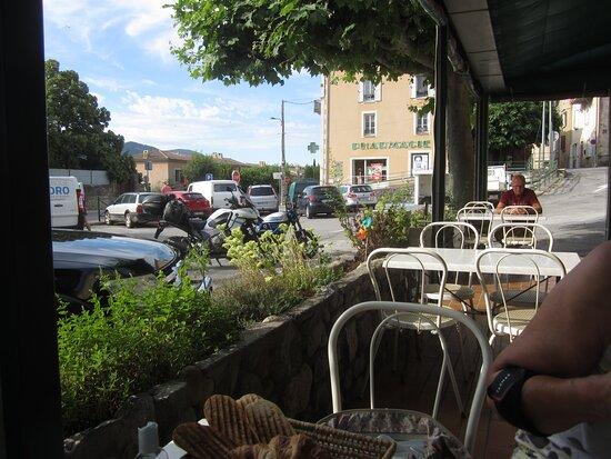 Mezel, France: Hôtel de La Place de Mézel. Vue 1. Terrasse du Café Bistrot. Début Juillet 2021. Mézel 04270.