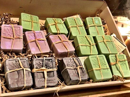 Venta de Jabones naturales elaborados de forma artesanal con aceite de oliva virgen extra y enriquecidos con las propiedades de plantas naturales como la ortiga, la lavandula, la jara...