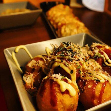 Los takoyakis surgieron en Osaka pero hace mucho ya que se han expandido por todo Japón y rara es la Izakaya que no te lo ofrece. Atrévete a probar esta explosión se sabor, ¡pero cuidado que quema mucho!